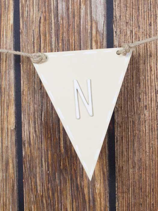 banderin triangular de madera pintado en crema por silu